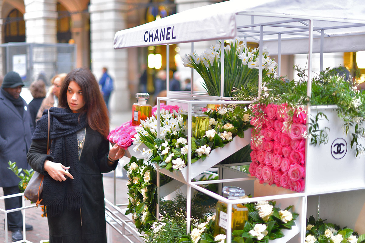 The beautiful, luxurious Chanel flower stall in Covent Garden ...